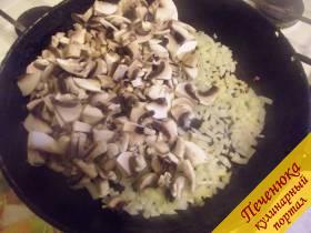 3) На разогретой сковороде поджарьте сначала лук, а потом отправьте к нему шампиньоны.