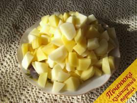 2) Чистим картошку, нарезаем помельче, чтобы побыстрее сварилась. Не забываем, что это студенческое блюдо, а у студента есть масса интересных дел, кроме готовки (как, впрочем, и у каждого из нас).