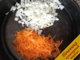 4) Лук и морковь нарезаем мелко и поджариваем на растительном масле.