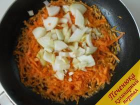 4) Приготовим заправку для борща. На свином жире или растительном масле пассеруем натертую морковь и нарезанный лук.