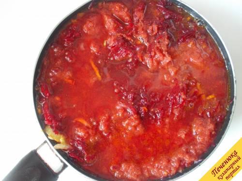 6) К заправке добавим томатную пасту, воду (около полстакана), уксус и будем тушить минут 20.
