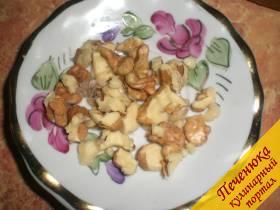 4) Очистить от скорлупы грецкий орех. Измельчить его, но не в ступе, а при помощи ножа. Размеры измельченного ореха должны быть такими, как на снимке.