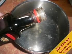 2) Сюда же влить соевый соус. Перемешать.