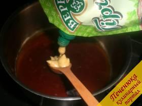 4) В массу добавить горчицу, перемешать. Поставить посуду с маринадом на маленький огонь и немного подогреть.