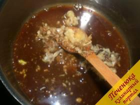 5) Выдавить через кухонный пресс чеснок, добавить его к варящемуся маринаду. Перемешать и довести до кипения, но не кипятить.Как только маринад начнет закипать, необходимо добавить специи для жареной утки, измельченный карри, молотый черный перец и горошком, быстро перемешать массу. Перемешивать нужно в течение 30 секунд, не позволяя маринаду закипеть.