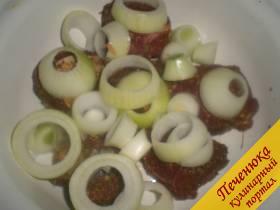 3) Промаринованное в специях мясо посыпаем порезанным кольцами репчатым луком.