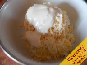 2) Вкрутую отварить куриные яйца, очистить их от скорлупы и также при помощи терки измельчить. Соединяем с плавленым сырком и чесноком. Добавляем майонез и перемешиваем. Сваренный белок от 2 яиц пока отложить.