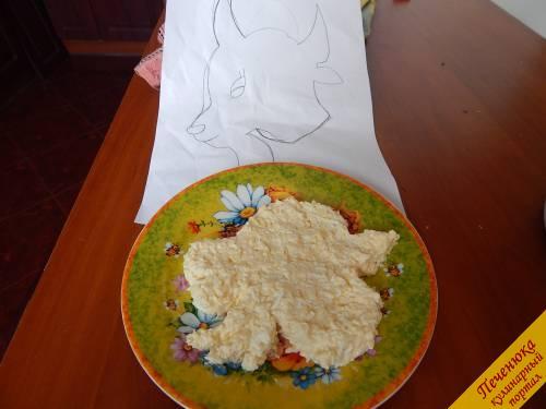 4) Теперь начинаем формировать салат Козлик на Новый год 2015. Я перед тем, как готовить салат, нарисовала мордашку козлика на бумаге. Видя перед собой нарисованный шаблон, получилось легче выложить салат нужной формы. Первый слой – это плавленый сырок с майонезом, яйцами и чесноком. Используем ровно половину приготовленной массы.