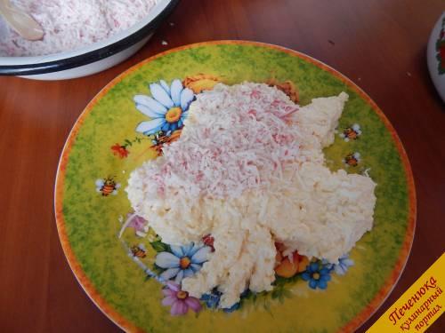 5) Далее выкладывается слой из кислых яблок (теркой измельчить) и щедрый слой крабовых палочек. Чтобы ингредиенты выкладывались аккуратнее, а также для формирования контура я пользовалась широкой палочкой от мороженого.