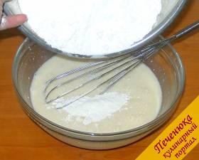 5) Муку с разрыхлителем всыпаем в молочную-яичную смесь.