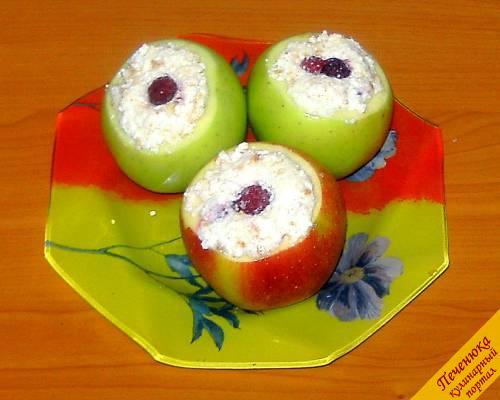 7) Наполняем отверстия яблок творожной массой, так чтобы они были полностью закрыты.