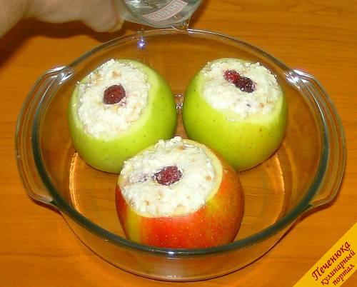 8) Выкладываем фаршированные яблоки в форму для запекания и наливаем в нее теплую воду.