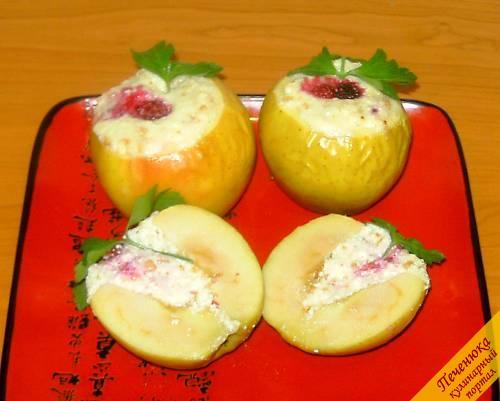 10) Подавать печеные яблоки в духовке нужно теплыми, отличным дополнением к ним будет кружочек ванильного мороженого, поданный в отдельной тарелочке.<br />