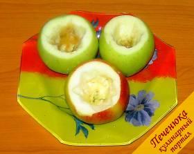 2) Специальным ножом вырезаем из яблок сердцевину. Если такого нет, можно использовать и обычный. С помощью чайной ложки удаляем оставшиеся семена. Отверстие должно быть диаметром 2-3 см.