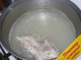 1) Для харчо необходимо сварить наваристый говяжий бульон. Для этого подойдет грудинка или суповая говядина на кости. Бульон варить в течение 1,5-2 часов, снимая образовавшуюся пену. Из готового бульона вынуть мясо, отделить от кости, нарезать кусками и положить в бульон.