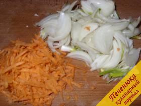 4) Для приготовления заправки необходимо очистить морковь, корень петрушки, натереть на терке и обжарить на растительном масле. Затем 1/2 стакана гранатового сока залить спассированные овощи, протушить 5 минут, затем добавить в варящийся суп. Хочу заметить, что в грузинской кухне не используется томат, поскольку данный овощ для этой местности – чужеродный. В блюда добавляют гранатовый сок, сливовое пюре (изготовленное из дикорастущей сливы – алычи).