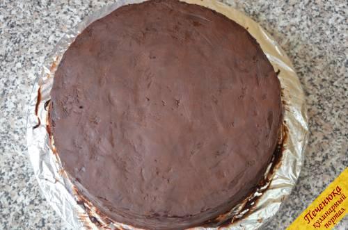 17) Готовый ганаш слегка остудить, а затем покрыть им торт. После того как шоколад слегка затвердеет, выровнять его окончательно. Для выравнивания можно использовать обычную пластиковую линейку.
