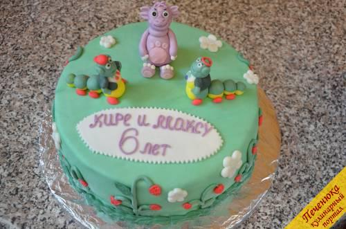 20) Сам торт я декорировала кустиками клубники и цветами. Листики и цветы можно делать как с помощью специальных выемок и плунжеров, так и самостоятельно используя самодельный трафарет и нож.