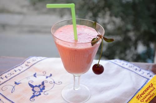 4) Перелить коктейль из блендера или посуды для взбивания в стаканы, украсить вишенкой и вставить трубочку. Вкусный молочный коктейль готов!