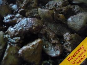 5) Куриную печень надо промыть, нарезать средними кусочками и в растительном масле до готовности обжарить, но солить печень правильно в конце. Если сразу солить, она твердеет и чуть дольше жарить придётся.