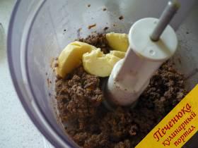6) Обжаренную горячую печень к луку и морковке перекладываем и тщательно измельчаем в однородную массу. Затем щедрый кусок масла добавляем и продолжаем измельчать.