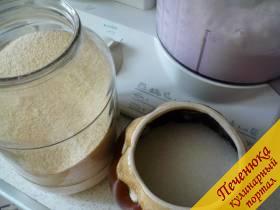 3) Теперь добавляем сахар и манную крупу. Тщательно измельчаем. После этого даем настояться тесту минут пять в тепле, манная крупа немного набухнет.