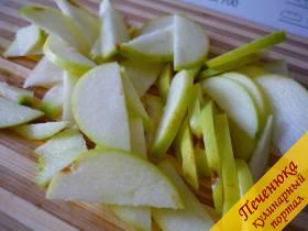 4) Яблоки (желательно кислые) моем, шкурку не очищаем. Нарезаем тонко дольками, но саму серединку не нарезаем, поскольку семена и твердые перепонки в шарлотке нам не нужны.)) Посыпаем нарезанные яблочки сахаром, можно ещё и корицу добавить (я не добавляла, мои корицу не любят в десертах).