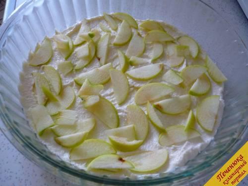 5) Формочку для запекания маслом сливочным смазываем, меньшую часть теста выкладываем и разравниваем. Яблоки выкладываем ровным слоем.