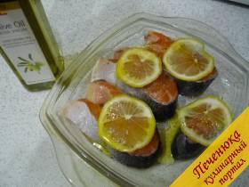 3) Берем ароматный лимончик, моем, нарезаем тонко ломтиками и на каждый кусочек стейка семги укладываем по кружочку лимона. Сверху орошаем всю эту красоту оливковым маслом (совсем немного).