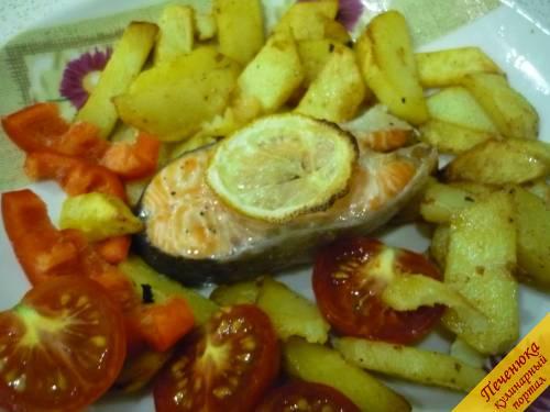 5) Готовый стейк из семги подаем с гарниром, это может быть рис или картофель жареный плюс салатик на свой вкус. Приятного!