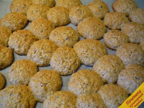 9) Выпекать печенье из овсяных хлопьев нужно 15 - 20 минут, при этом температуру выставляем не выше +180 градусов.