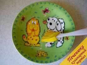 1) Тарелку выбираем без нанесения золотых узоров. Обычная керамическая тарелка подходит. На дно тарелки буквально каплю растительного масла капаем и размазываем по всему дну. У меня для этих манипуляций есть очень удобная силиконовая кисточка.