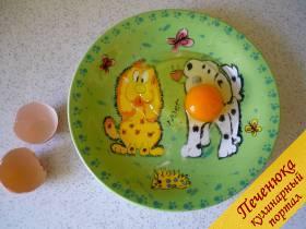 2) Готовим глазунью. Яйцо разбиваем в тарелку и солим.