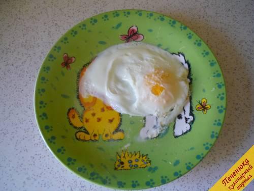 3) Ставим тарелку в микроволновку и жарим яичницу две минуты. Я выставляла на