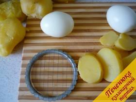 2) В салате Оливье все ингредиенты должны быть нарезаны одинаковыми кусочками, поэтому лучшего воспользоваться вот такой вот металлической сеточкой для нарезки вареных овощей.
