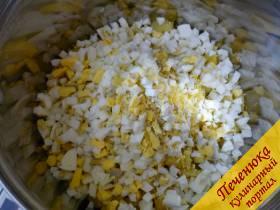 4) Яйца чистим, так же колечками нарезаем и через сеточку продавливаем.