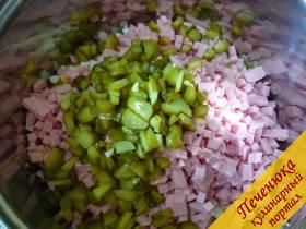6) Огурчики консервированные нарезаем кубиками, можно через сеточку или ножом нарезать.