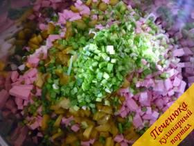 7) Лук зеленый перьевой нужно промыть, обсушить, мелко нарезать.
