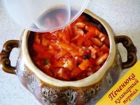 6) В каждый наполненный овощами и мясом горшочек наливаем по 100 мл холодной фильтрованной воды. Добавляем по маленькому лавровому листочку и по несколько цельных горошин душистого и черного перца.