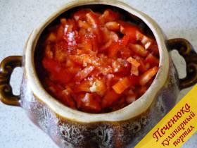 5) Перец болгарский моем, вычищаем серединку, мякоть нарезаем мелко и отправляем в горшочки.