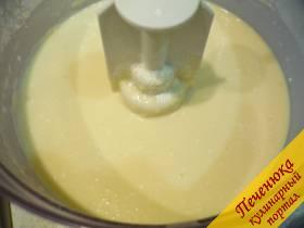 1) Сначала приготовим тесто для блинчиков. Смешаем кефир с молоком, добавим соду и соль, взбитые яйца, сахар и муку. В конце добавим растительное масло. Тесто получается гладким, средней густоты.
