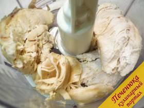 3) Куриное филе (грудку или другую часть курочки) отвариваем до готовности в подсоленной воде. Сваренное остывшее мяско перекручиваем на мясорубке в фарш (я измельчала насадкой «нож» в кухонном комбайне).