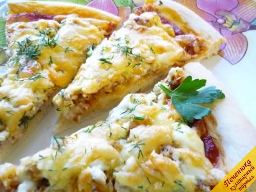 10) С пылу с жару, не дожидаясь остывания, нарезаем пиццу и подаем. А после трапезы приступаем к приготовлению второй пиццы, используя вторую часть теста.