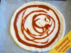5) Смазываем основу кетчупом или специальным соусом для пиццы.