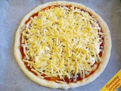 8) Сверху идет сыр. Трем его на терке и посыпаем пиццу.