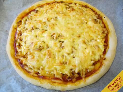 9) Разогреваем духовку до 180 - 200 градусов. Запекаем пиццу в духовке до готовности. Готовность определяем по кромке пиццы и цвету запеченного сыра. В среднем пицца в духовке выпекается 15-20 минут.