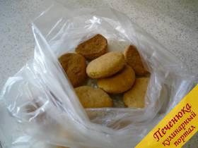 1) Насыпаем печенье в пищевой пакет. Скалкой постукиваем. Печенье должно превратиться в крошку.