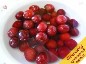 3) Вишню замороженную или свежую необходимо помыть/разморозить. Вместо вишни можно взять любую сочную ягоду, фрукты. Мороженная вишня должна полностью оттаять в воде.