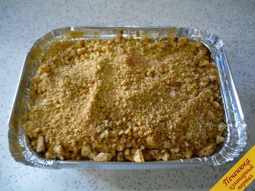 5) Распределяем измельченное печенье по вишне, заполняя формочки практически на всю высоту (пирог подниматься не будет, поскольку не добавлялась ни сода, ни разрыхлитель).