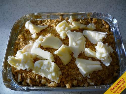 6) Нарезаем тонкими ломтиками сливочное масло и методично укладываем его по всей поверхности сладкой крошки из печенья.